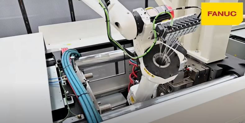 Oбслужване на шприц машина FANUC ROBOSHOT S300iA с робот FANUC M10iD 8L