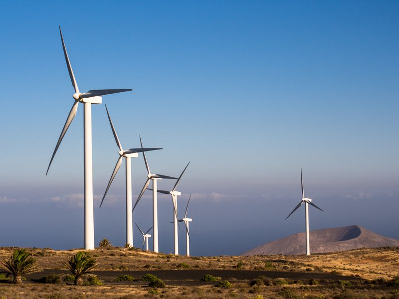 Три пъти повече новоинсталирани вятърни мощности на година са необходими за постигане на нулеви емисии